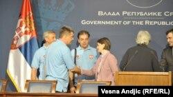 Predstavnici sindikata i premijerka Brnabić posle potpisanog sporazuma