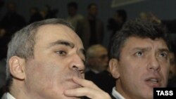United Civil Front leader Garry Kasparov (left) and Boris Nemtsov at Solidarity's founding congress in mid-December.