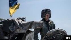 Солдат на украинском танке на учениях в Германии. 11 мая 2017 года.