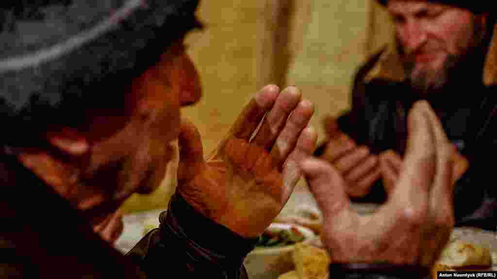 Перших чотирьох фігурантів ялтинської «справи Хізб ут-Тахрір» затримали 11 лютого 2016 року. Найбільш відомий із них –член Контактної групи з прав людини Емір-Усеін Куку. Крім нього затримали Мусліма Алієва з Верхньої Кутузівки, жителя Краснокам'янки Енвера Бекірова та ялтинця Вадима Сірука. Правозахисники вважають їхнє переслідування політично мотивованим