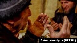 Крим, Верхня Кутузівка, молитва у будинку Муслима Алієва, якого звинувачують в участі у забороненій у Росії організції «Хізд ут-Тахрір»
