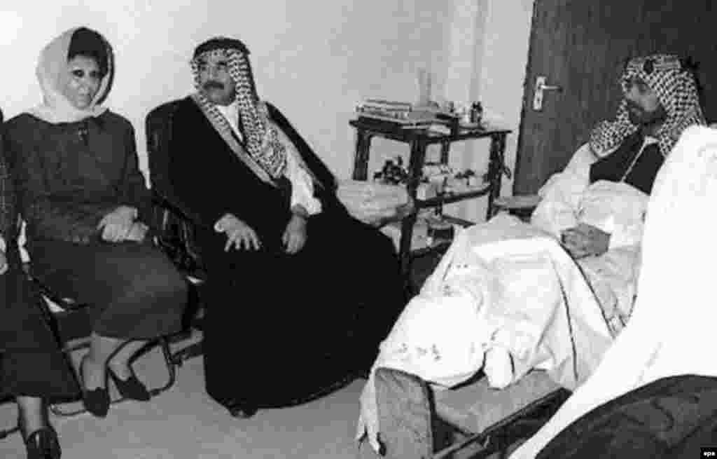 Iraq -- Saddam Hussein and wife visiting son, Uday, Baghdad, 1996 - Säddam Xösäyen berençe xatını Sacidä belän Bağdad xastaxanäsenä ulı Uday xälen belergä kilgäç. 1996 yılda aña yasalğan höcüm näticäsendä Uday ğärip qaldı. Uday tuğanı Qusay belän qansız rejimınıñ ber öleşe ide. İkese dä AQŞ citäklägän koalitsiä köçläre tarafınnan 2003 yılda Mosulda üterelde. (epa)