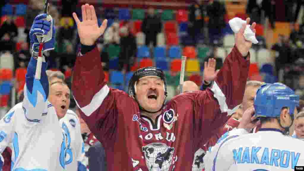 Ура, победа! (Президент Белорусси на хоккейном матче, Москва, 19.12.2008).
