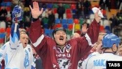 Белорускиот претседател Александар Лукашенко на еден хокеарски натпревар