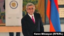 Գործող նախագահ և նախագահի թեկնածու Սերժ Սարգսյանը քվեարկում է 2013 թվականի փետրվարի 18-ի նախագահական ընտրությունների ժամանակ