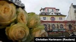 Цветы напротив здания концертного зала «Батаклан» в Париже.
