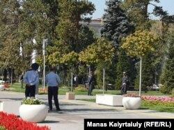 Саябақты күзетіп тұрған полиция қызметкерлері. Алматы, 21 қыркүйек 2019 жыл.