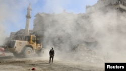 Добровольча служба цивільної оборони в «повстанській» частині Алеппо розбирає руїни після чергового повітряного удару, 19 жовтня 2016 року