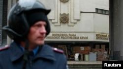 Міліціонер біля кримського парламенту в Сімферополі, 27 лютого 2014 року