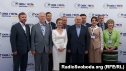"""Ігор Смешко (в центрі) з учасниками з'їзду партії """"«Сила і честь» 8 червня 2019"""