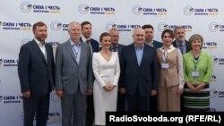 Игорь Смешко (в центре) с участниками съезда партии «Сила и честь» 8 июня 2019 года