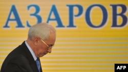 Украинаның бұрынғы премьер-министрі Николай Азаров баспасөз мәслихатынан шығып барады. Киев, 20 қаңтар 2012 жыл.