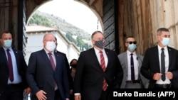 Američki državni sekretar Mike Pompeo tokom šetnje starim gradom u Dubrovniku, u koji je stigao u toku popodneva 2. oktobra 2020., u finalu svoje šestodnevne mediteranske turneje.