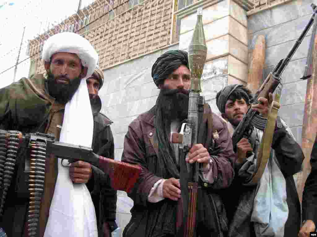 Avganistan - Talibani odustaju - Ovo je ceremonija predaje talibanskih boraca, koji su prihvatili plan vlade za amnestiju. Bivši militanti su osudili nasilje i odlučili da učestvuju u izgradnji Avganistana.