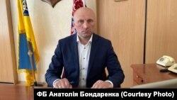 Із 23 квітня Бондаренко перебуває в неоплачуваній відпусті, хоча і продовжує виконувати функції міського голови