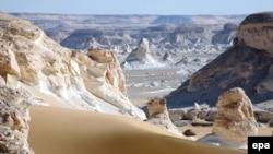 گردشگران برای صحرا نوردی به کویری دور افتاده در جنوب غربی مصر رفته بودند. (عکس از epa)