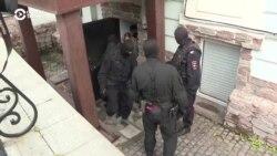 Maskirani policajci privode rusku opozicionarku