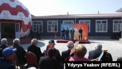 Президент КР Алмазбек Атамбаев на церемонии открытия Академии футбола в городе Оше. 12 октября 2017 г.