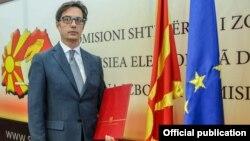 Стево Пендаровски со уврението од ДИК за претседател на државата.