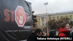 Задержанный Сергей Беляев (в красной куртке)