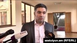 Կոռուպցիայի կանխարգելման հանձնաժողովի անդամ Էդգար Շաթիրյանը զրուցում է լրագրողների հետ, Երևան, 19-ը նոյեմբերի, 2019թ․