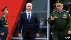 Президент Росії Володимир Путін (ліворуч) та міністр оборони Росії Сергій Шойгу. Москва, 16 червня 2015 року
