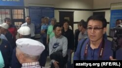 Корреспондент Азаттыка Асылхан Мамашулы в управлении внутренних дел Ауэзовского района. 21 мая 2016 года.