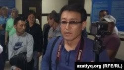 Азаттық тілшісі Асылхан Мамашұлы Әуезов аудандық ішкі істер басқармасында тұр. 21 мамыр 2016 жыл.