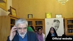 میرحسین موسوی و زهرا رهنورد هنگام دیدار با اعضای خانواده احمد زیدآبادی با وی تلفنی گفت و گو کردند.