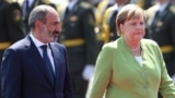 Премьер-министр Армении Никол Пашинян приветствует канцлера Германии Ангелу Меркель в Ереване, 24 августа 2018 г․