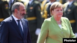 Armenia - Prime Minister Nikol Pashinian greets German Chancellor Angela Merkel at Yerevan airport, 24 August 2018.