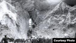 Кыргыздардын Тянь-Шань аркылуу Кытайга качышы. 1916-жылы. Макет.