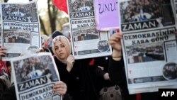 Журналисттердин камакка алынуусуна нааразы болгондордун акциясы. Стамбул. 15-декабрь.
