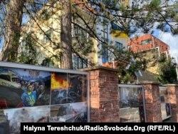 Біля посольства України у Чехії фотографії з Майдану