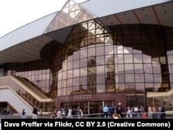 Новы вакзал быў адкрыты ў Менску 30 сьнежня 2000 году, надпіс над уваходам быў па-расейску. На фота — Менскі чыгуначны вакзал у 2006 годзе. Здымак: Dave Proffer via Flickr, CC BY 2.0