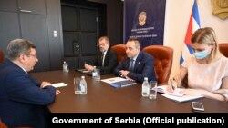 Ministri i Brendshëm i Serbisë, Aleksandar Vulin në një takim me ambasadorin e Kubës, Gustavo Trista del Tod, më 28 korrik në Beograd.