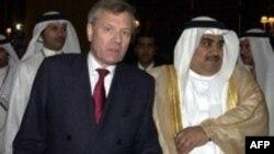 ژنرال ياپ ده هوپ شفر، دبيرکل پيمان آتلانتيک شمالی، و شيخ خالد بن احمد آل خليفه، وزير امور خارجه بحرين.(عکس: AFP)
