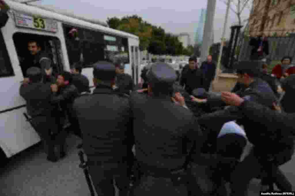 Polis Bakıda müxalifətçiləri saxlayır