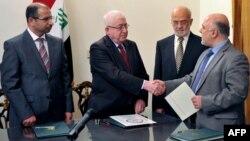 رئيس الوزراء المكلّف حيدر العبادي يصافح رئيس الجمهورية فؤاد معصوم