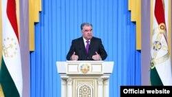 Президент Таджикистана Эмомали Рахмон выступает в парламенте. Душанбе, 26 января 2021 года.