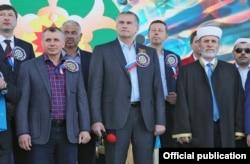 «Голова» Криму Сергій Аксьонов (посередині), 3 травня 2016 року