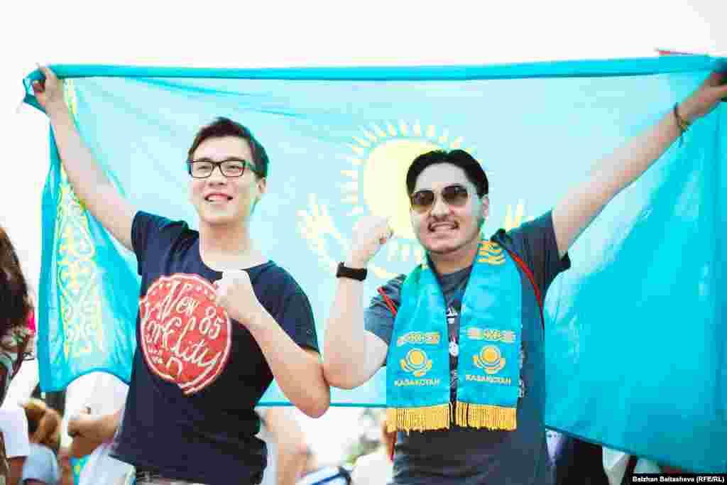 Жители Алматы, ожидающие объявление решения МОК.