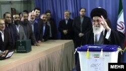 رهبر جمهوری اسلامی ایران در بهار سال ۱۳۹۱بعد از انداختن رای به صندوق