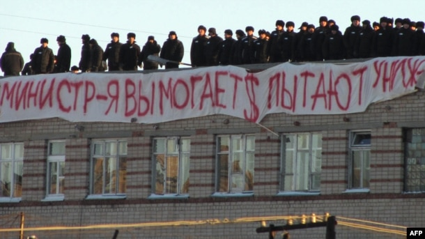 Inmates stand on the roof of the prison in Kopeisk in November 2012.