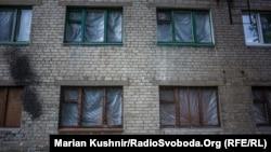 Иллюстрационное фото. Окна студенческого общежития, поврежденніе осколками, Красногоровка