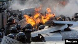 Ukrainë - Policia ukrainase sulmohet me koktej mollotovi përderisa ruajnë ndërtesat qeveritare në Kiev, 18 shkurt, 2014