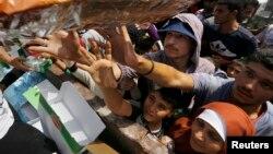 مهاجران در یونان در صف دریافت غذا
