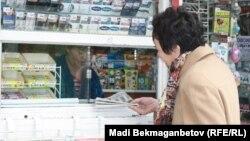 Газет сатып алып тұрған адам. Алматы, 1 қараша 2013 жыл. (Көрнекі сурет)