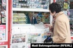 Газет-журнал сататын дүңгіршек. Алматы, 1 қараша 2013 жыл. (Көрнекі сурет)