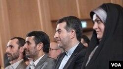 محمود احمدینژاد در کنار حمید بقایی (نفر اول از چپ) و اسفندیار رحیممشایی، معاونان خود در دوران ریاست جمهوری و مسئولان «دانشگاه ایرانیان».